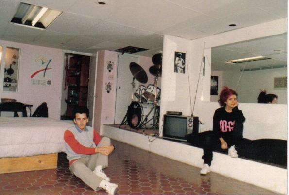 Mi depto, el sótano en casa de los Johnson's(acá con mi hermano)