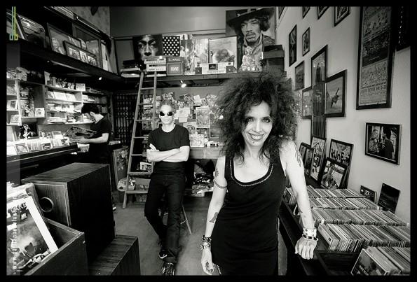 Los tres en Exiles Records, Palermo, sacados por Damian Benetucci
